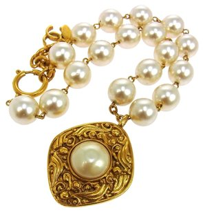 Chanel AUTHENTIC CHANEL VINTAGE CC LOGOS IMITATION PEARL NECKLACE WHITE FRANCE B23252