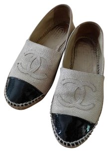 Chanel Crackled Leather Patent Cap Beige and black Flats