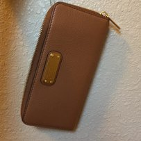 Marc by Marc Jacobs MBMJ New Q-Slim Zip Continental LEATHER WALLET in MAPLE TAN