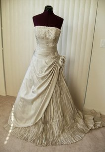 St. Patrick Off White Gown Traditional Wedding Dress Size 2 (XS)
