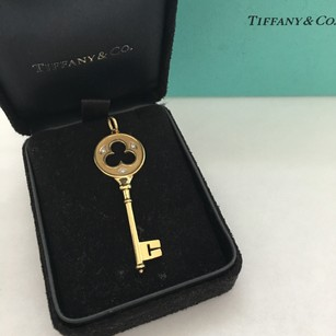 Tiffany & Co. Trefoil Clover key pendant in 18k Yellow gold 3 round brilliant diamonds 2